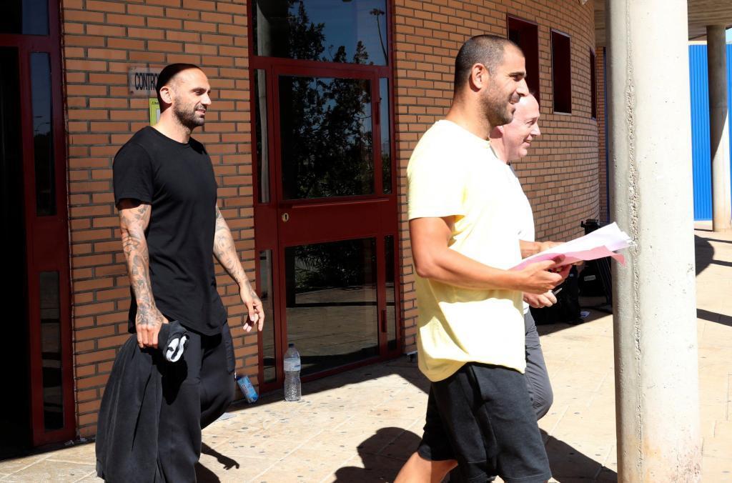 GRAF1488. ZUERA (ZARAGOZA).- Los ex futbolistas Carlos <HIT>Aranda</HIT> (primer término) y Raúl <HIT>Bravo</HIT> (i) han abandonado esta tarde, sobre las 17.15 horas, la prisión de Zuera (Zaragoza) tras abonar sus abogados la fianza impuesta por el juez del Juzgado de Instrucción nº5 de Huesca que investiga la presunta red de amaños de partidos de fútbol de Primera y Segunda División.