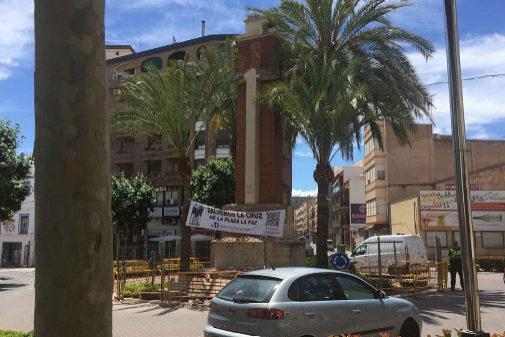 La Cruzde La Vall, antes del derribo, con pancartas que pedían su protección.