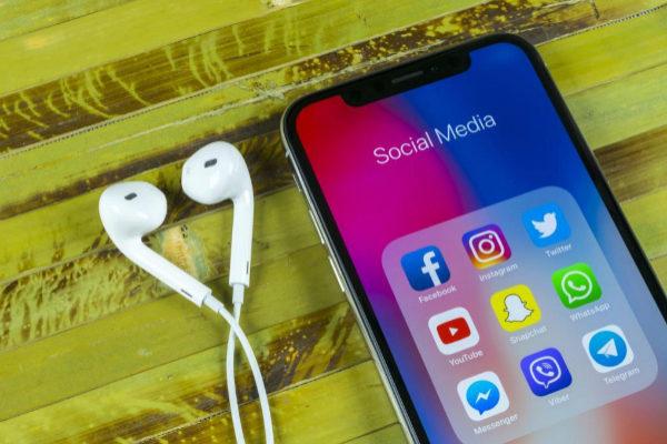 Móvil con varias aplicacionesde redes sociales.