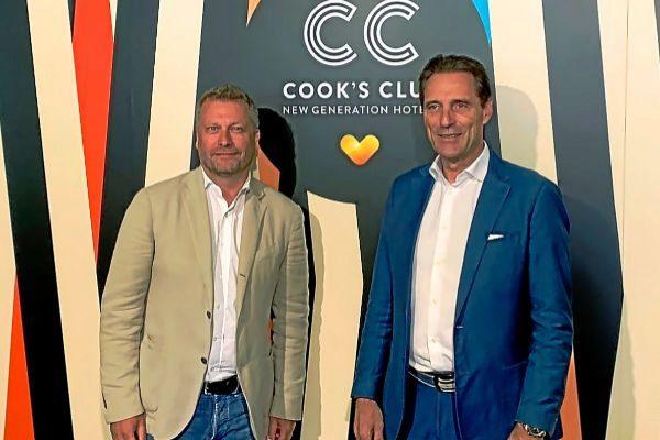 El responsable de hoteles de Thomas Cook, Enric Noguer, y el CEO del turoperador, Peter Fankhauser, en Palma.