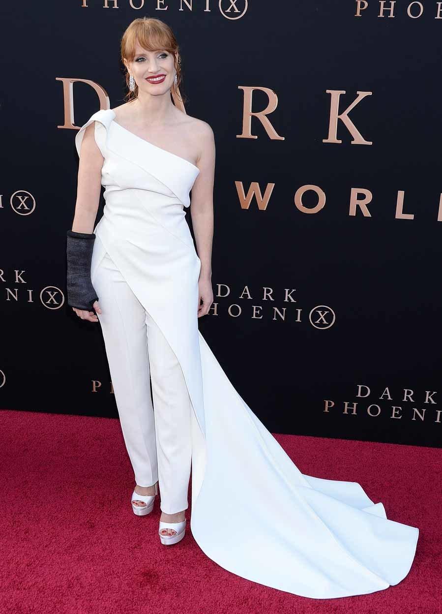 Jessica pisó la alfombra roja con un conjunto  blanco compuesto por...