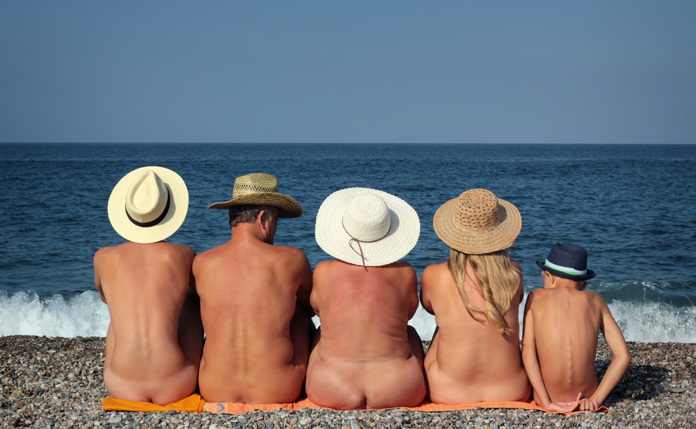 Se acerca el verano y las playas de Europa, adormecidas y solitarias...