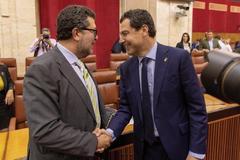 El presidente de la Junta y del PP-A, Juanma Moreno, saluda al líder de Vox, Francisco Serrano.