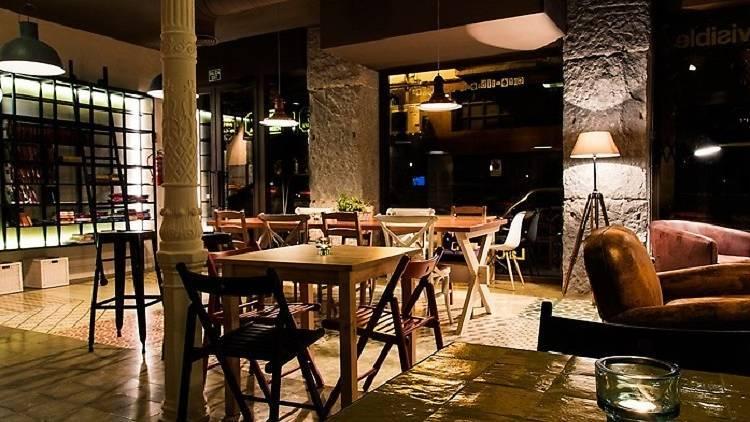 Cerca del Teatro Real se encuentra una pequeña cafetería/librería a...