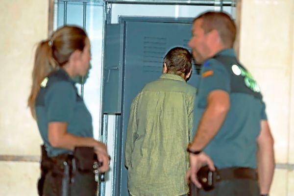 El último detenido por quemar contenedores en Palma, ayer, entrando al calabozo de los Juzgados.