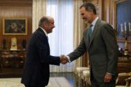 El Rey Felipe VI saluda al diputado del PRC José María Mazón en el Palacio de la Zarzuela.