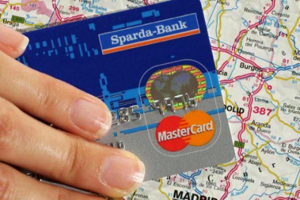 Una tarjeta American Express y otra Mastercard.