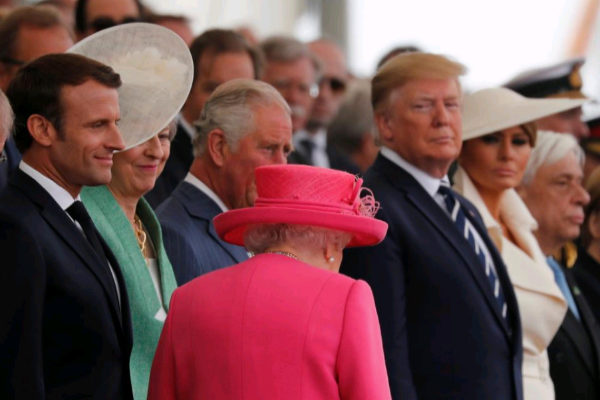 La reina Isabel II llega a las conmemoraciones del Día D. Detrás, Emmanuel Macron, Theresa May, el Príncipe Carlos y Donald Trump junto a Melania