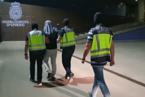 Agentes de la CGI, transportan al detenido la noche del martes.