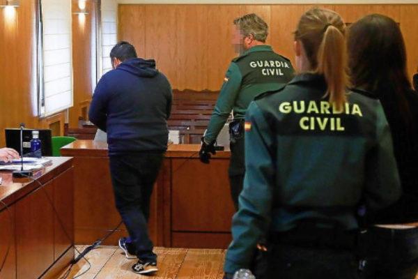Los dos acusados, Davinia M.G. y Roberto H.H., durante una de las sesiones del juicio.