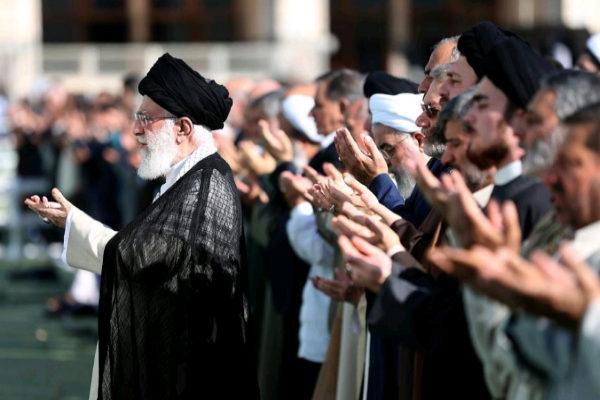 IRN01. TEHERÁN (<HIT>IRÁN</HIT>).- El líder supremo de <HIT>Irán</HIT>, Ali Jameneí (i), dirige los rezos durante la celebración del Eid al-Fitr, la festividad que marca el final del Ramadán, este miércoles en Teherán (<HIT>Irán</HIT>).  Oficina de Prensa del Líder Supremo de <HIT>Irán</HIT> FOTO CEDIDA? SOLO USO EDITORIAL? PROHIBIDA SU VENTA