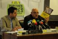 Esteban Beltrán, director de Aministía Internacional España (Izq.) y Koldo Casla, autor del infrome, durante la rueda de prensa esta mañana en Madrid.