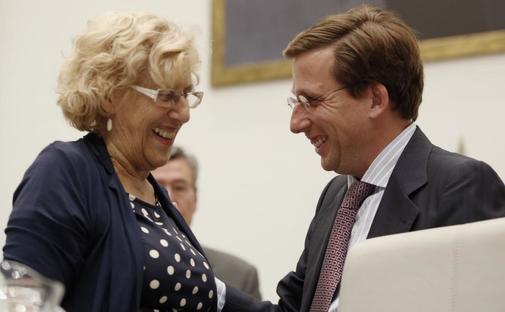 Manuela Carmena y José Luis Martínez-Almeida en un Pleno.