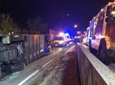El autobús volcado junto a las ambulancia del Summa.