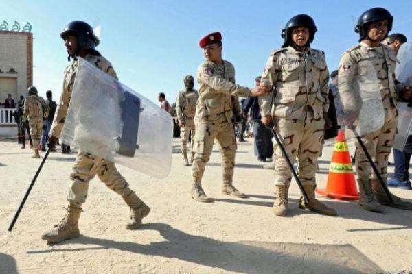 Fuerzas militares egipcias montan guardia en el norte de la península del Sinaí.