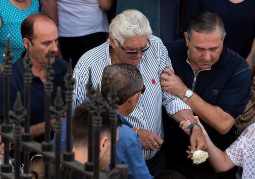 GRAFAND8042. UTRERA (<HIT>SEVILLA</HIT>) (ESPAÑA).- El padre del futbolista José Antonio <HIT>Reyes</HIT>, fallecido el sábado en un accidente de tráfico, es ayudado por familiares a la salida de la iglesia de Santa María de la Mesa de Utrera (<HIT>Sevilla</HIT>), su localidad natal, donde se ha oficiado una misa multitudinaria de córpore insepulto para despedir al jugador. Raúl Caro