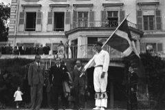 El lehendakari Agirre con parte de su gabinete junto a un dantzari.
