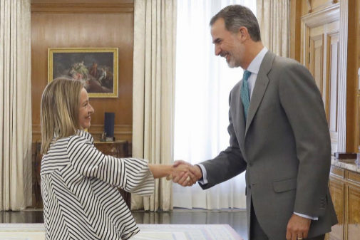 La diputada de Coalición Canaria, Ana Oramas, saluda al Rey
