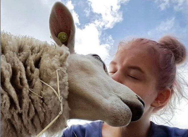 La joven holandesa besa a una oveja en una fotografía de su cuenta de Instagram.