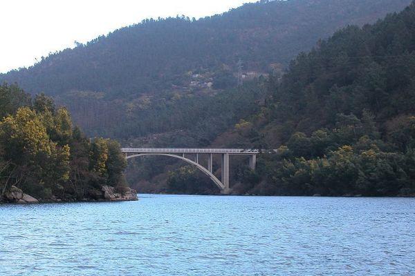 El vehículo estaba sumergido en el río Miño, Lugo.