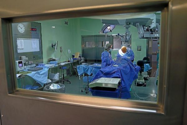 Facultativos en una operación en el Hospital de Alicante