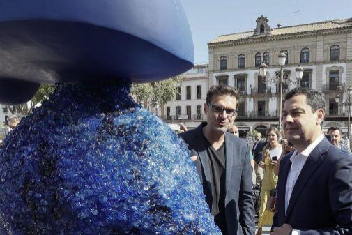 El presidente de la Junta, Juanma Moreno, en la inauguración de la muestra 'Ecomeninas' en Sevilla.