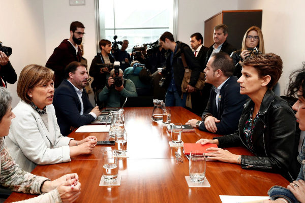 La secretaria general del PSN, María Chivite (i), y la presidenta de...