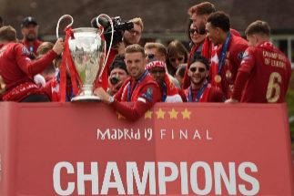 Los jugadores del Liverpool exhiben la Copa de Europa.