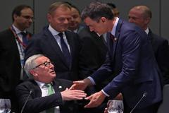 El presidente de la Comisión Europea, Jean-Claude Juncker, saluda a Pedro Sánchez durante una cumbre europea.