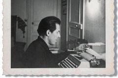 El escritor peruano Julio Ramón Ribeyro frente a su máquina de escribir.