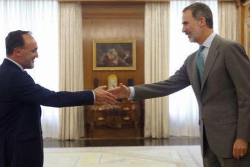 Javier Esparza saluda al Rey Felipe VI en Zarzuela