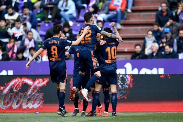 Los jugadores del Valencia celebran un gol ante el Valladolid