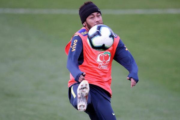 Neymar, durante un entrenamiento con Brasil.