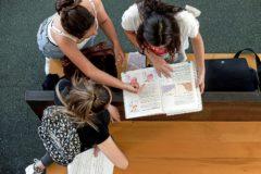 Unas alumnas, ayer, repasan los apuntes en un descanso de los exámenes de Selectividad en Valencia.