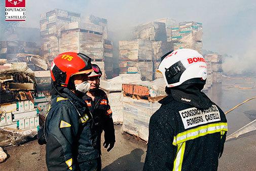 Bomberos durante el dispositivo de extinción en la fábrica cerámica de Onda.