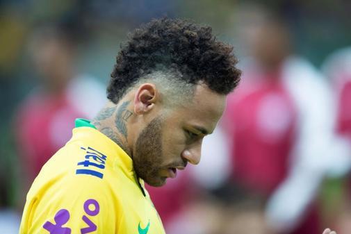 El jugador Neymar de Brasil es visto durante el himno nacional este miércoles, en el partido amistoso entre Brasil y Catar, en el Estadio Mane Garrincha, en la ciudad de Brasilia (Brasil).