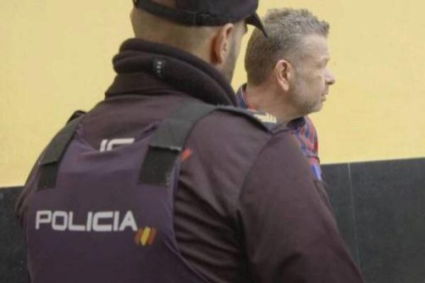 Una agente de la policía, junto a Alberto Chicote.