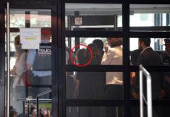 Shakira /(en el círculo rojo), a su llegada a los juzgados de Esplugues, este jueves por la mañana.