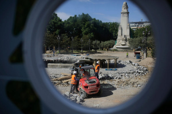 Varios obreros, este jueves, en las obras de Plaza de España.