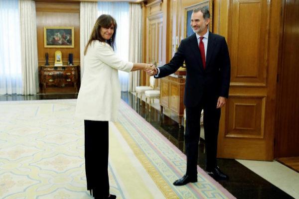 El Rey Felipe VI saluda a la diputada de JxCat Laura Borràs, en La Zarzuela.