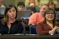 Francina Armengol (PSIB) y Bel Busquets (Més) en un pleno del Parlament de este año.
