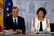 Los ministros en funciones Pedro Duque e Isabel Celaá, en rueda de prensa.