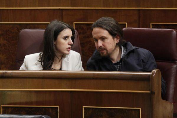 Irene Montero y Pablo Iglesias, en sus escaños del Congreso.