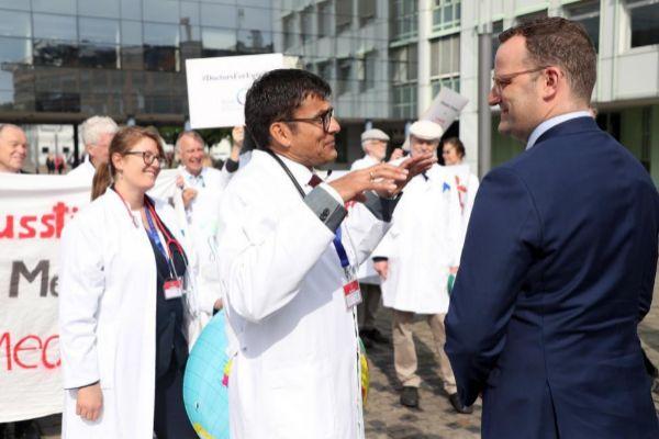 El ministro alemán de Sanidad, Jens Spahn (d), conversa con médicos...