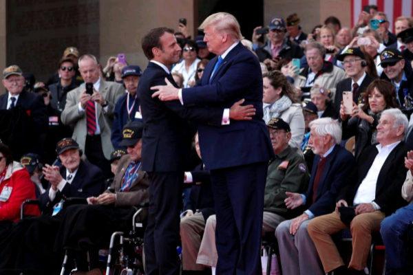 El presidente galo, Emmanuel Macron), y su homólogo estadounidense, Donald Trump, en el 75 aniversario del Día D en Colleville-Sur-Mer en Francia.