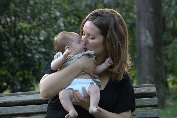 Una madre besa a su bebé.