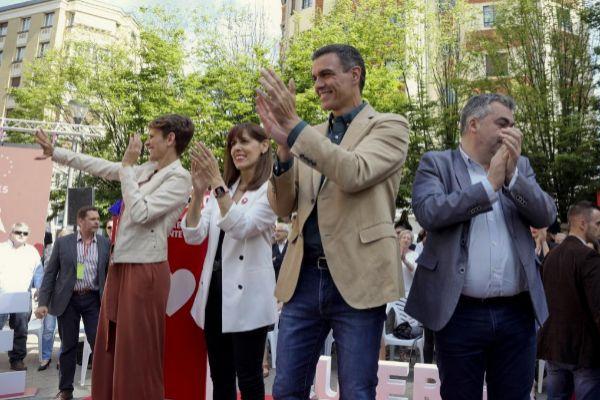 Pedro Sánchez, junto a los candidatos del PSN.