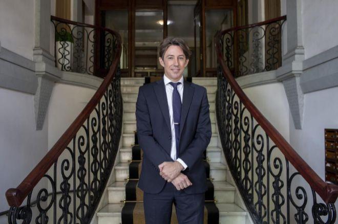 Álvaro Sardinero, en el portal de su despacho