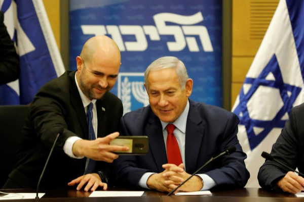 """EPA2295. JERUSALÉN (ISRAEL).- Imagen de archivo realziada el 26 de diciembre de 2018 que muestra al entonces presidente de la organización """"Orgullo Luikut"""" e integrante del parlamento israelí, <HIT>Amir</HIT> <HIT>Ohana</HIT> (i), mientras se hace una foto con el primer ministro israelí, Benjamin Netanyahu, durante una reunión del partido en Jerusalén, Israel. Netanyahu ha nombrado este jueves a <HIT>Ohana</HIT> nuevo ministro de Justicia, siendo el primer ministro abiertamente homosexual en la historia de Israel."""