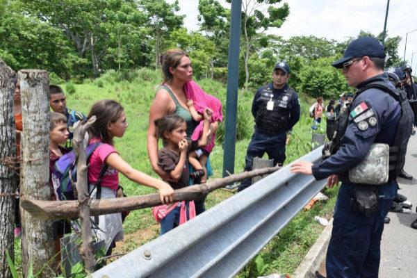 """ACOMPAÑA CRÓNICA: MÉXICO MIGRACIÓN - MEX4231. TAPACHULA (MÉXICO).- Policías intentan persuadir a una familia de <HIT>migrantes</HIT> centroamericanos que viajaba en caravana que fue interceptada para evitar que continuara su trayecto por territorio mexicano, el 5 de junio de 2019, en el municipio de Tapachula, en el estado de Chiapas (México). Pese a la promesa de protección de los derechos humanos del Gobierno, la seguridad militarizada y el maltrato es el pan de cada día en la frontera de México con Guatemala, denuncian ONG y <HIT>migrantes</HIT>. La violación a los derechos humanos que se han efectuado en la frontera sur supone """"una tortura silenciosa"""", porque no tiene """"un discurso coherente en la práctica"""" y no """"respeta los derechos de la movilidad humana"""", dijo este jueves a Efe la directora del Centro Fray Matías de Córdoba, Brenda Ochoa."""